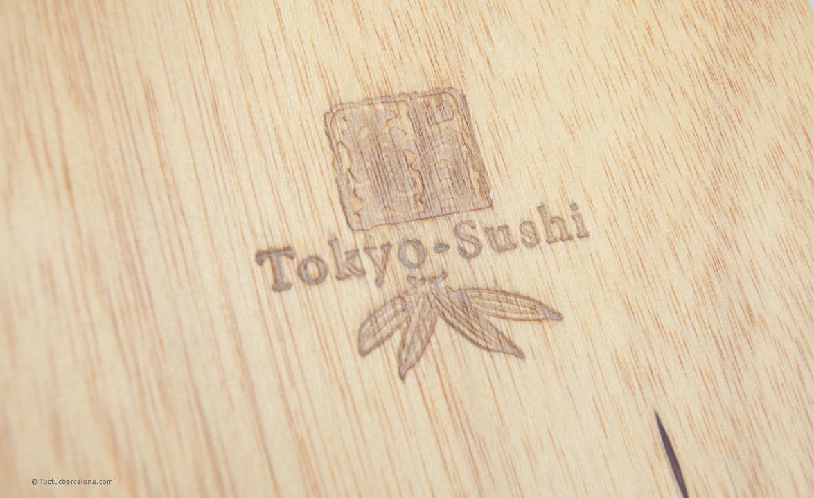 Carta y menú restaurante japonés con tapas de madera grabadas.