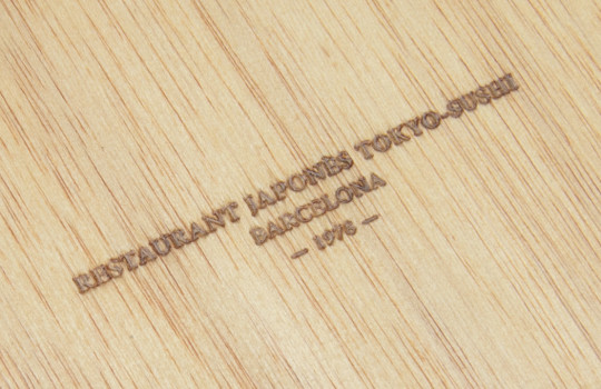 Tapas de madera grabadas en bajo relieve para carta y menú restaurante Japonés